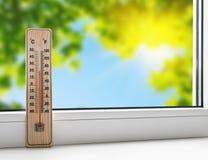 Thermometer op de vensterbank op de achtergrond van de zomer hij royalty-vrije stock foto