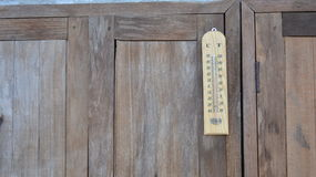 Thermometer op houten venster Stock Foto