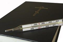 Thermometer und die Bibel. Lizenzfreie Stockfotos
