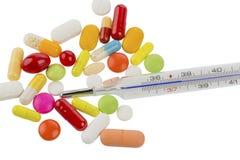 Thermometer und Pillen Stockbild