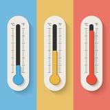 Thermometers op kleurenachtergrond Stock Afbeeldingen