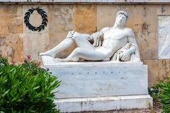 THERMOPYLAE GREKLAND - JUNI, 2011: Anthropomorphic staty av Eurotas arkivbilder