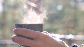 Thermos με ένα ζεστό ποτό Χυμένος σε ένα φλυτζάνι, υπάρχει ένα ζευγάρι φιλμ μικρού μήκους
