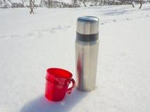 Thermos στο χιόνι Στοκ Φωτογραφίες