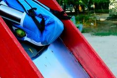 Thermos и груша для обеда в рюкзаке на скольжении, подготавливая для школы, обучают гонорары стоковое фото rf
