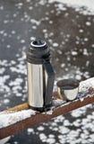 Thermos avec du thé chaud Images libres de droits