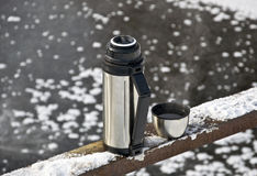 Thermos avec du thé chaud Image stock