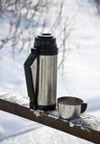 Thermos avec du thé chaud Photographie stock libre de droits