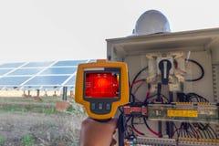 Thermoscanthermal图象照相机,为检查机器的内部温度使用的工业设备预防措施 库存照片