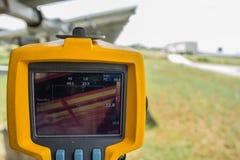 Thermoscanthermal图象照相机,对太阳电池板的扫描te的 库存照片