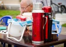 Thermoses mit dem Tee und Kaffee geholt von den Kontrolleuren an den Amateurwettbewerben stockbild