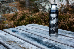 Thermosflasche auf Tabelle Stockfotografie