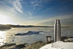 Thermosflasche, gefrorenes Meer. Stockbild