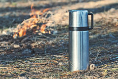 Thermosflascheflasche mit dem Kaffee oder Tee im Freien Stockbilder