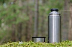 Thermosflessen in een bemost bos royalty-vrije stock foto's