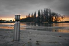 Thermosflessen op de kust Stock Foto's