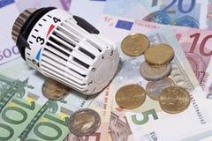 Thermostaat met euro muntstukken en bankbiljetten. Stock Afbeeldingen