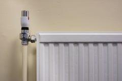 Thermostat auf einem Heizkörper Stockbild