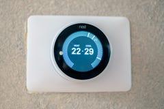 Thermostat de nid sur le le mur texturisé photographie stock