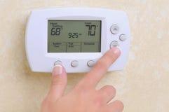 Thermostat, der die Temperatur einstellt Lizenzfreies Stockfoto