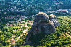 Thessalien-Tal mit Meteora-Felsen und einem Dorf, Griechenland Lizenzfreie Stockfotos