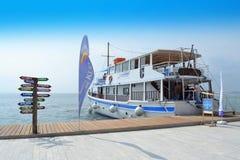Thessaloniki costal turist- skepp Grekland Royaltyfri Fotografi