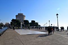 Thessaloniki Grekland - December 28 2015: Folk som går i Thessaloniki strand, vit tornbakgrund arkivbilder