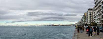 Thessaloniki Grekland - December 17th 2017 - stranden av Thessaloniki under en molnig himmel Arkivbilder