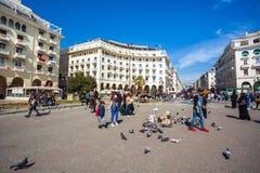 10 03 2018 Thessaloniki, Grekland - folk som går på Aristotelous arkivfoton