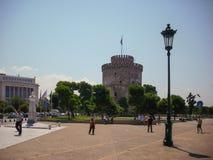 Thessaloniki Grekland - Juni 07 2014: turist som besöker det vita tornet i den Thessaloniki staden, Grekland Royaltyfri Foto