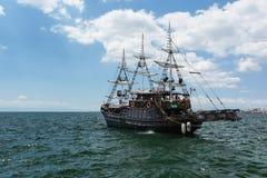 THESSALONIKI GREKLAND - MAJ 29, 2017: Turist- fartyg för sight kan finnas framme av det vita tornet av Thessaloniki, Grekland royaltyfri fotografi