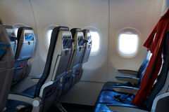 THESSALONIKI GREKLAND - OKTOBER 15, 2016: Flygplankabin, inre tomma platser för affärsgrupp och ett fönster Arkivbild