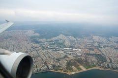THESSALONIKI GREKLAND - OKTOBER 15, 2016: sikt av staden under att landa ett flygplan, wingview från inre nivån Arkivbild