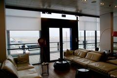 THESSALONIKI GREKLAND - OKTOBER 16th, 2016: flygplatsinre, vardagsrum för vanlig reklamblad med lädersoffan och sikt av förklädet Royaltyfri Bild