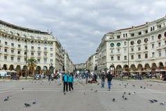 THESSALONIKI GREKLAND - SEPTEMBER 30, 2017: Folket som går på Aristotelous, kvadrerar i mitten av staden av Thessaloniki, central royaltyfria bilder