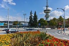 THESSALONIKI GREKLAND - SEPTEMBER 30, 2017: OTE-torn och blommor framme i stad av Thessaloniki, Grekland arkivfoto
