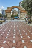 THESSALONIKI GREKLAND - SEPTEMBER 30, 2017: Roman Arch av Galerius i mitten av staden av Thessaloniki, centrala Makedonien royaltyfri bild