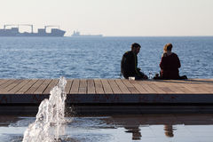 THESSALONIKI, GRIEKENLAND - DECEMBER 25, 2015: Mensen die bij Thessaloniki strandboulevard en het drinken ontspannen Stock Afbeeldingen