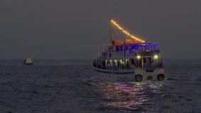 Thessaloniki, Griekenland die Waterbus Kostadis van stadshaven vertrekken stock videobeelden