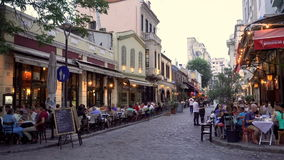 Thessaloniki, Griekenland Ladadika districtsmenigte bij restaurants stock video