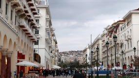 Thessaloniki, Griekenland - Maart 14 2019: Aristotelousvierkant te Thessaloniki waterkant En mensen die lopen winkelen royalty-vrije stock afbeeldingen