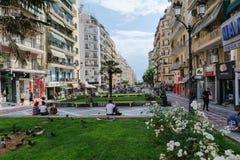 THESSALONIKI, GRIEKENLAND - MEI 25, 2017: Straten van Thessaloniki Stad Stedelijke mening, Thessaloniki, Macedonië, Griekenland Stock Afbeeldingen