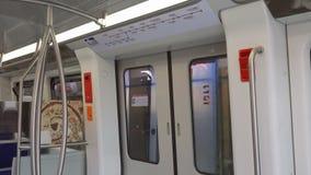 Thessaloniki, Griekenland metro het tentoongestelde voorwerp van de busmanifestatie met kaart stock video