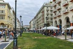 THESSALONIKI, GRIEKENLAND - SEPTEMBER 30, 2017: Mensen die bij Aristotelous-Vierkant in het centrum van Centrale stad van Thessal Royalty-vrije Stock Foto's