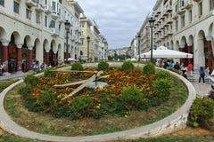 THESSALONIKI, GRIEKENLAND - SEPTEMBER 30, 2017: Mensen die bij Aristotelous-Vierkant in het centrum van Centrale stad van Thessal Stock Afbeelding
