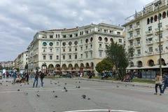 THESSALONIKI, GRIEKENLAND - SEPTEMBER 30, 2017: Mensen die bij Aristotelous-Vierkant in het centrum van Centrale stad van Thessal Stock Foto's