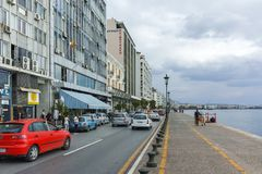 THESSALONIKI, GRIEKENLAND - SEPTEMBER 30, 2017: Mensen die bij Aristotelous-Vierkant in het centrum van Centrale stad van Thessal Stock Foto