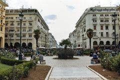 THESSALONIKI, GRIEKENLAND - SEPTEMBER 30, 2017: Mensen die bij Aristotelous-Vierkant in het centrum van stad van Thessaloniki lop Stock Foto's