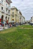 THESSALONIKI, GRIEKENLAND - SEPTEMBER 30, 2017: Mensen die bij Aristotelous-Vierkant in het centrum van stad van Thessaloniki lop Royalty-vrije Stock Afbeeldingen