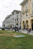THESSALONIKI, GRIEKENLAND - SEPTEMBER 30, 2017: Mensen die bij Aristotelous-Vierkant in het centrum van stad van Thessaloniki lop Stock Fotografie
